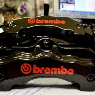 Черно-красные тормозные суппорта Brembo